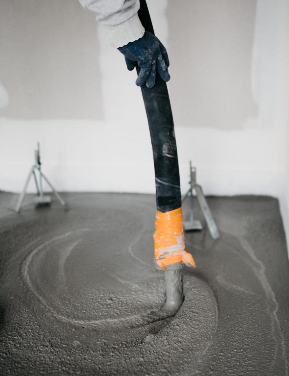 Application d'une chape fluide ciment